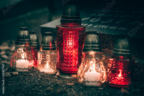 Fotografía All Saints Day concept, burning candles in lanterns in the cemetery with night a