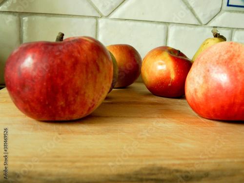 Fototapeta Jabłka na desce obraz