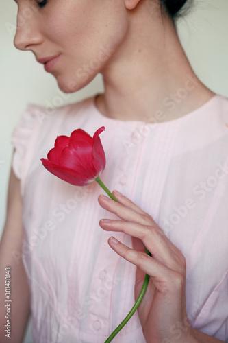 Fotografia Woman holding red tulip. Feminine tenderness concept