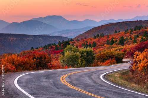 Fototapeta Winding mountain road and autumn landscape. obraz