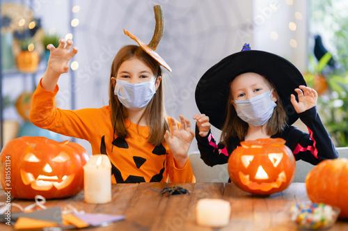 Valokuvatapetti girls in carnival costumes wearing face masks