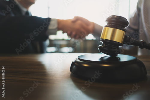 Fotomural Counselor hand shaking with client successful legal contract.