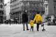 Familie spaziert durch Stadt, selektive Farbe