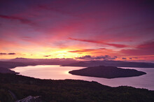 夜明けの空と湖の峠か...