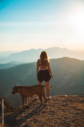 Fototapeta perro con su dueña en la montaña  obraz