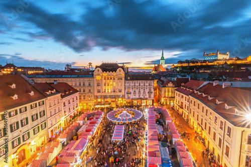 Carta da parati Main square and Christmas market in historical center of Bratislava city, Slovakia