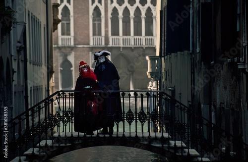 Slika na platnu Couple In Costumes On Bridge Over Canal In Venice