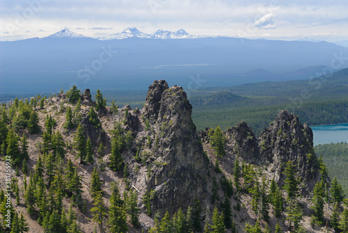 Foto Paulina Peak lava columns at Newberry Crater, and Cascade mountains