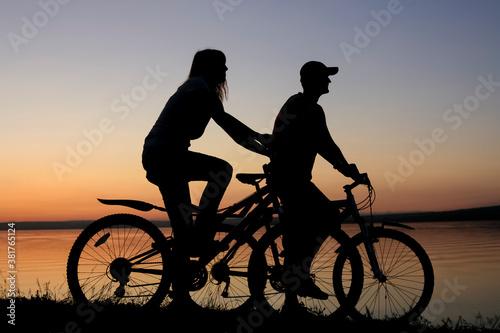 sylwetka-przyjaciol-na-rowerze-zachod-slonca