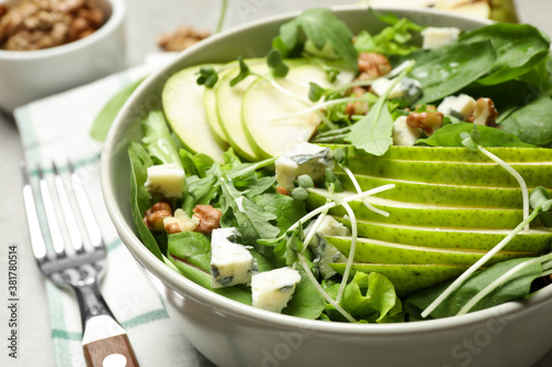 Fotomural Tasty salad with pear slices in bowl, closeup