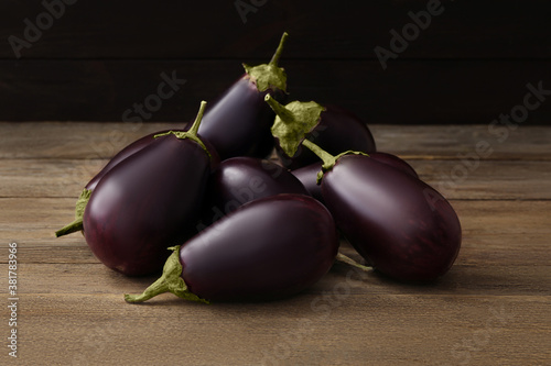 Fotografia Many raw ripe eggplants on wooden table