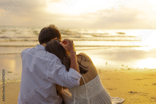 Photo Couple in love watching sunset together on the beach travel summer holidays
