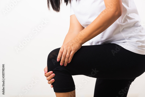 Fotografía Woman pain knee and she uses hand joint hold knee agony
