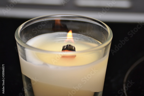 Photo burning candles with wooden wick