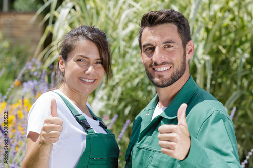 Fotomural gardeners standing with the thumb up