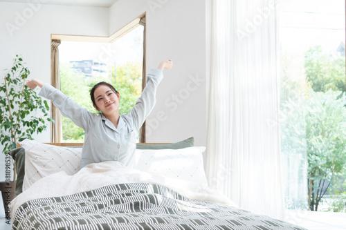 Photo ベッドで目覚めた女性