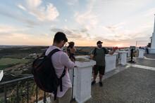 Chicos Jovenes Grabando Vlog En Mirador De Arcos De La Frontera