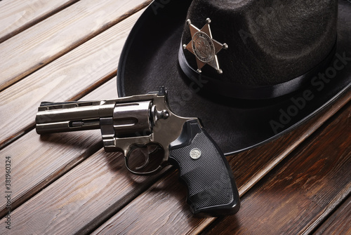 Fotografia Texas police sheriff's hat in western style and revolver
