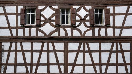 Fachwerk Fassade eines Modellbau Hauses mit drei Fenstern, teils stark verwitter Poster Mural XXL