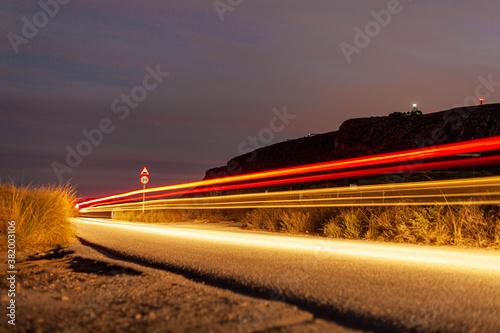 Photo Luces rojas de coche de noche larga exposición