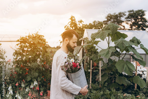 Fotografering small business support: a young man who started a flower business and built a sm