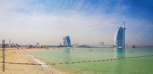 Платно DUBAI, UAE - MARCH 30, 2017: The evening skyline with the Burj al Arab and Jumeirah Beach Hotels and the open Jumeriah beach