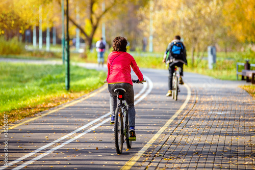 Foto Cyclist ride on the bike path in the city Park