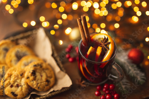 Cuadros en Lienzo Red mulled wine and chocolate chip cookies