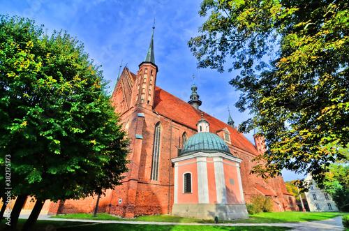 Foto Zespół katedralny na wzgórzu złożony z katedry i obwarowań katedralnych we Fromb