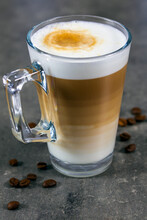 Tasse De Cappuccino Sur Une Ta...