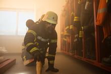 Feuerwehrmann Mit Atemschutz W...