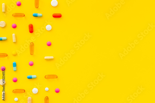 Fototapeta Pills and medicines pattern top view, medical pills and tablets background obraz