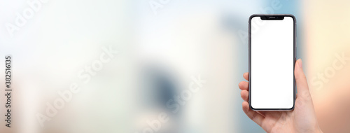 Fototapeta 街中でスマートフォンを持っている女性の手の画像合成用素材 obraz