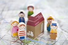 地図と木の人形