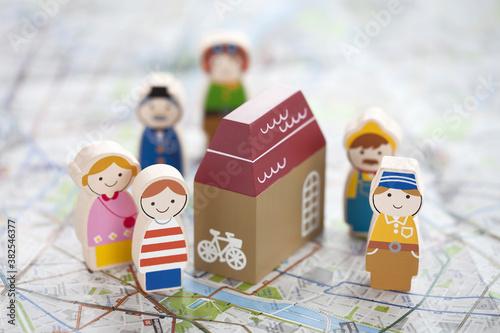 Photo 地図と木の人形