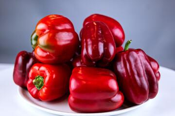 Warzywa papryka z upraw ekologicznych nie sa wizualnie doskonałe ale sa bardzo zdrowe gdyż do ich pielęgnacji nie użyea sie środków chemicznych