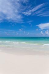 Playa azul turquesa con aguas cristalinas y arena blanca en Cancún