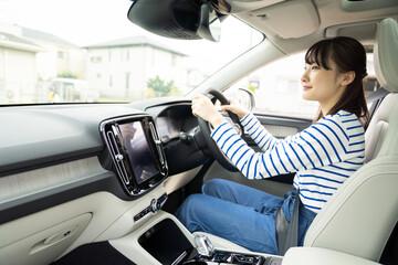 自動車を運転する若い女性