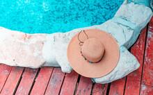 Sombrero De Mujer Junto A La Piscina En El Caribe