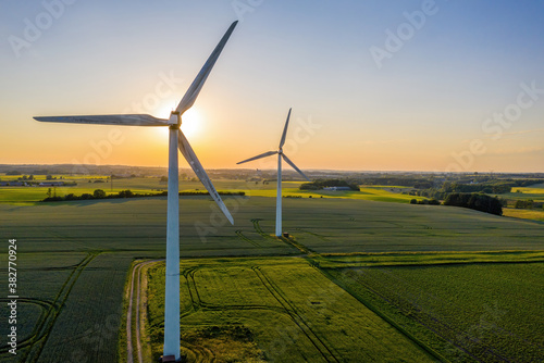 Fotografía Wind turbines that produce electricity, built on a field in Skanderborg, Denmark