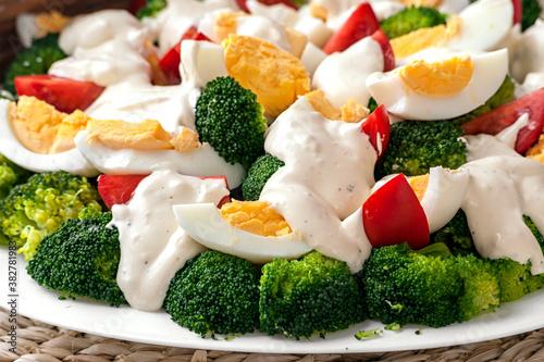 Fototapeta sałatka brokułowa z jajkiem obraz
