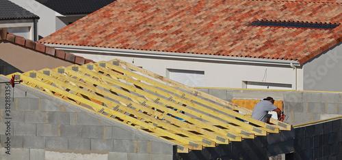 Fototapeta Construction d'une charpente en bois d'une maison