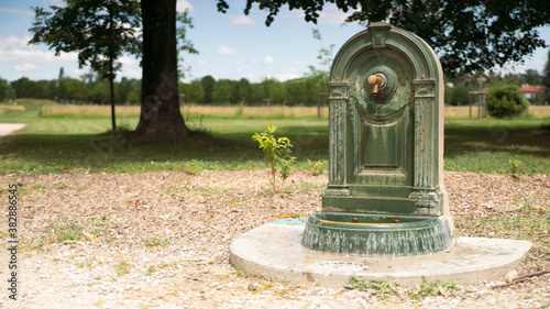 Fotografia Pretty little fountain in the park to quench thirst of those who stroll