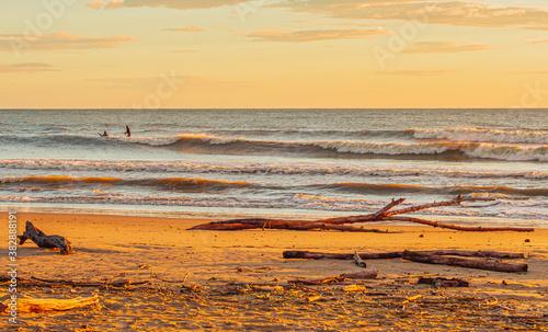 Fototapeta Dzika plaża i wschód słońca to połączenie tego czego nam w życiu potrzeba aby się zrelaksować i wypocząć. obraz
