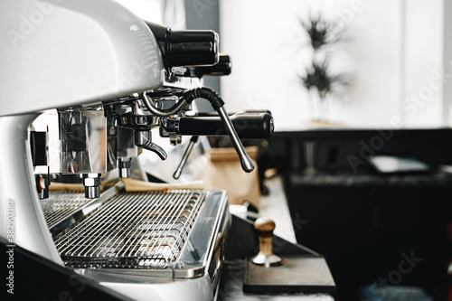 Photo Professional coffee machine in coffee shop close up