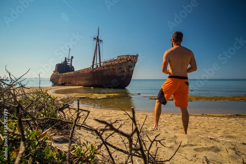 Fotografía A person observing Dimitrios shipwreck in  Gythio, Greece