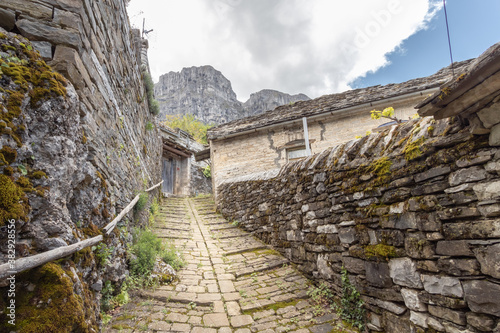 Cuadros en Lienzo narrow and steep alley with cobblestones in village in Zagori in Greece