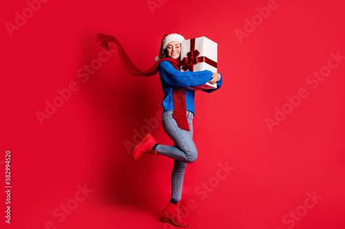 Cuadros en Lienzo Photo portrait full body cheerful woman hugging present box smiling closed eyes