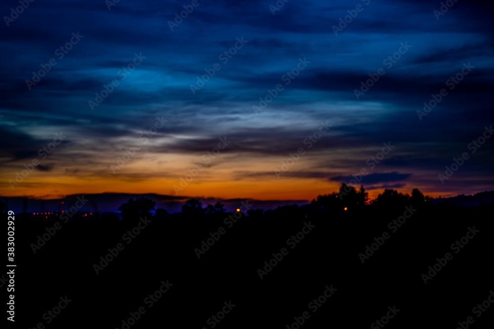 Fototapeta zachód słońca, pejzaż zachodzących jesiennego słońca nad równiną