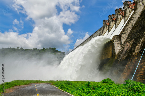 The dam Khun Dan Prakarn Chon is a dam with hydroelectric power plant  and  irrigation and flood protection in the district of Mueang Nakhon Nayok Province , Thailand